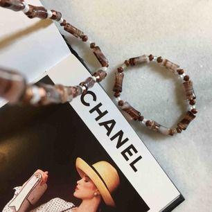 Ett set med halsband och ett armband. Stretchiga band. Frakten är inräknad i priset!