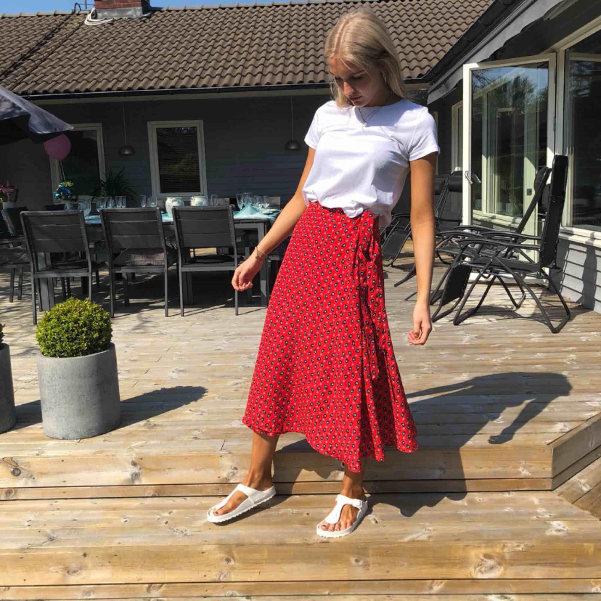 Kjol i röd färg från Indiskan, använd fåtal gånger, kjolen har ett litet hål vid sidan men inget som syns när kjolen är knyten, bra kvalité. Kjolar.