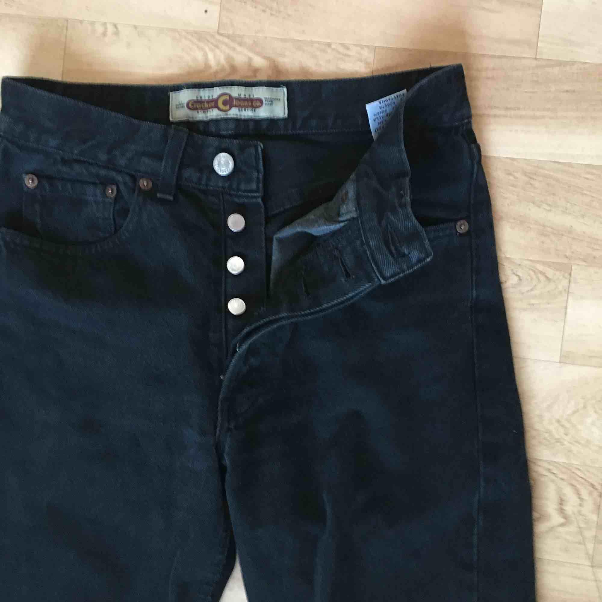 Oldschool avklippta raka jeans från Crocker! Fortfarande lika hela, sydda i riktigt slitstarkt hårt  jeans! Använt de som dadjeans med skärp men har tyvärr blivit lite för stora.. . Jeans & Byxor.