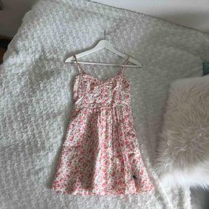 SOMMARKLÄNNING  Somrig & blommig klänning från abercrombie som tyvärr är för liten för mig 😭