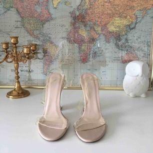 Snygga skor med transparent klack! Har tyvärr inte kommit till användning