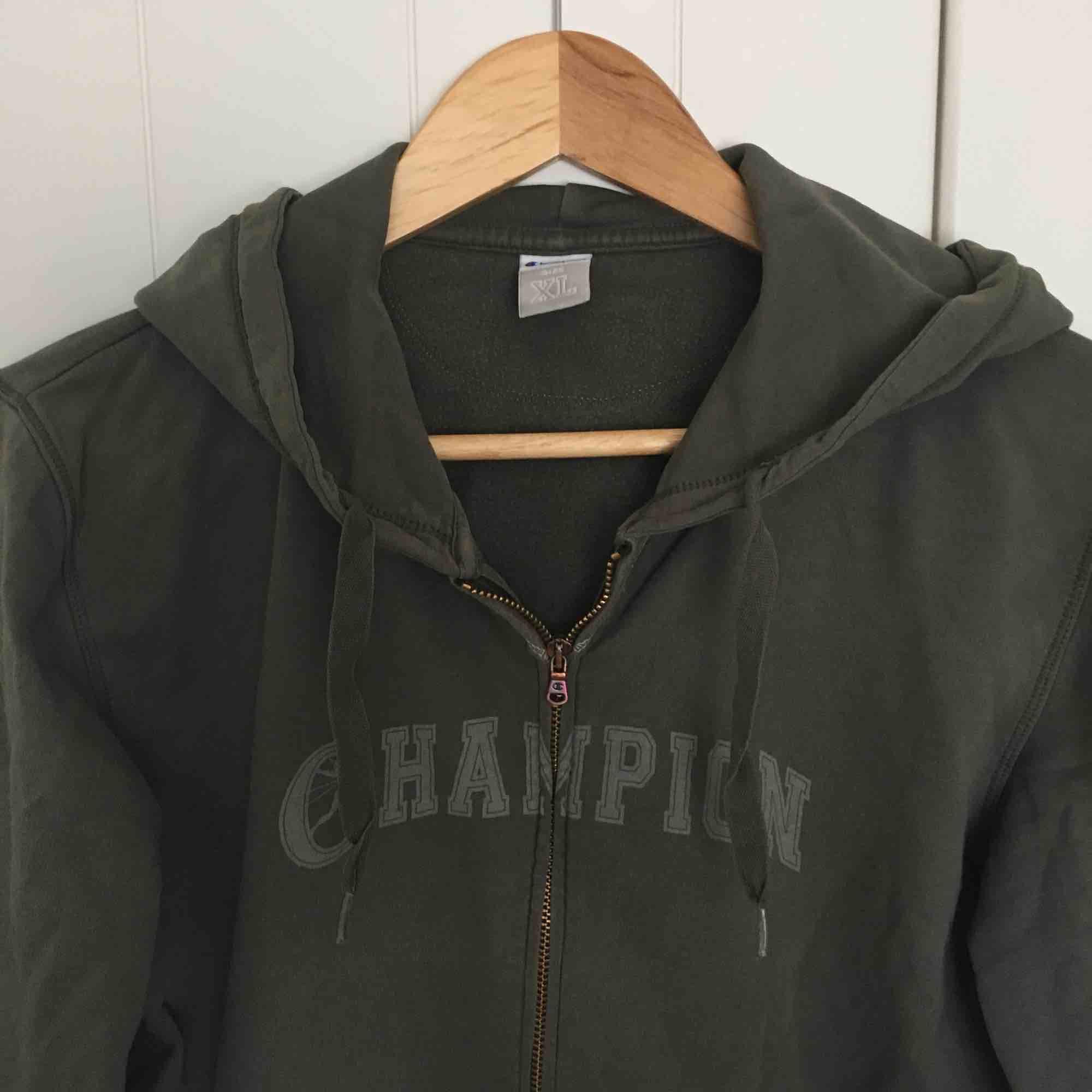 Riktigt gammal cool Champion-jacka. Rätt rätt liten för att vara en XL och passar nog mer XS-S, skulle gissa att det är barnstorlek ✌🏼 . Huvtröjor & Träningströjor.