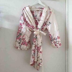 En superfin mönstrad sidenkimono inköpt i Tokyo för 400kr och mycket sparsamt använd! Passar perfekt som morgonrock, men kommer tyvärr inte till användning så mycket som jag önskat✨