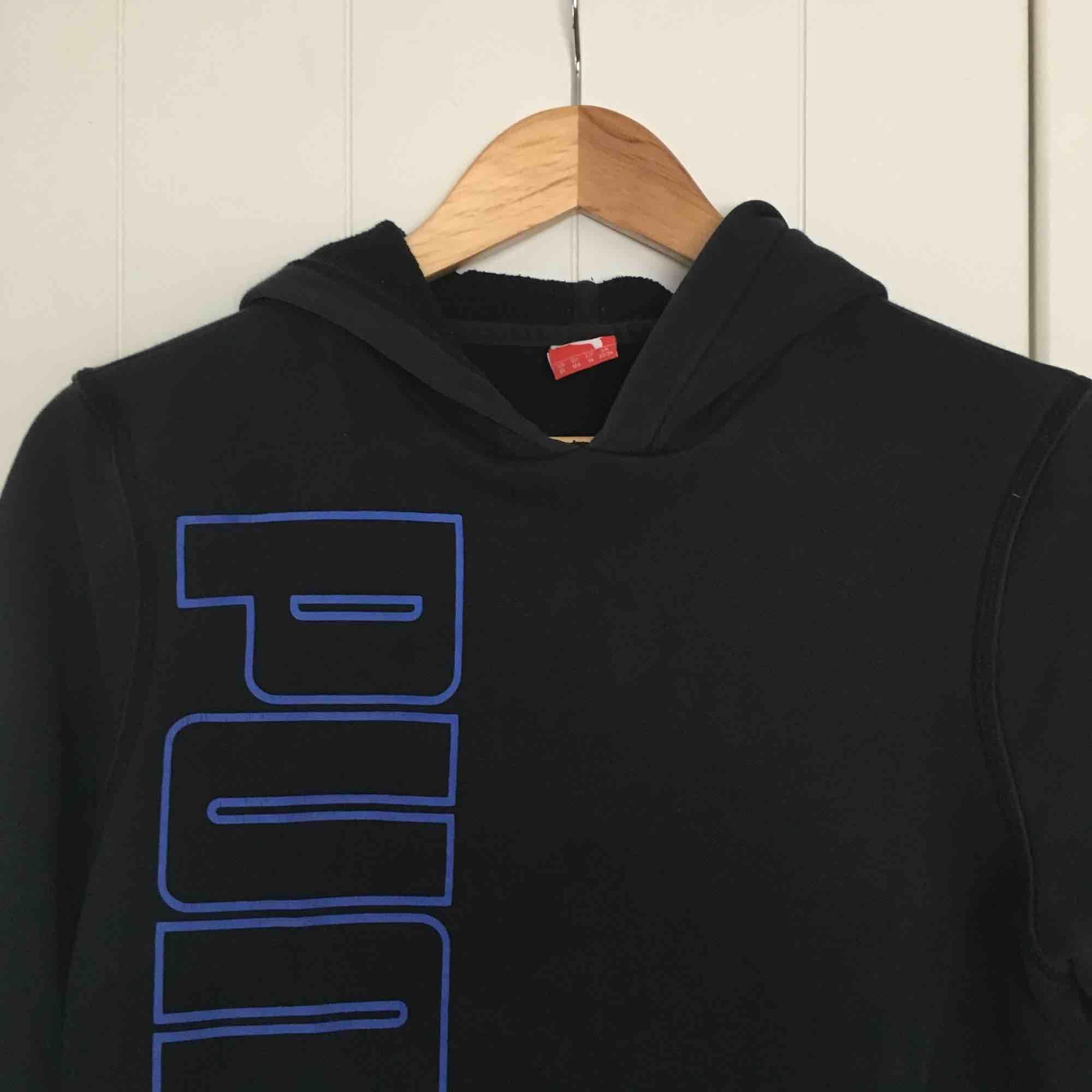 Fet hoodie från PUMA i stl XS med stort tryck över framdelen och litet märke längst ner på armen! Smått använd! 🌞. Huvtröjor & Träningströjor.