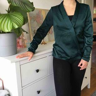 En fin blus i sidenmaterial som inhandlats för 300kr och enbart använts vid ett tillfälle. Temat var After Eight och blusen är i princip i samma gröna färg som dessa🍬