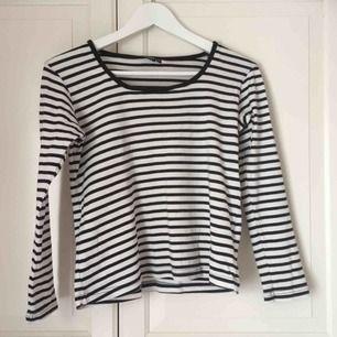 Randig tröja från Kappahl. Storlek 170, passar dock mig som har strl 36. Lite croppad modell. Köpt på second hand, utan skavanker! 🖤