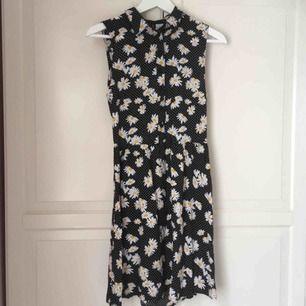 Blommig sommarklänning från H&M. Skjortknäppning och cut-out på baksidan. Använd några enstaka gånger, fint skick 🌼