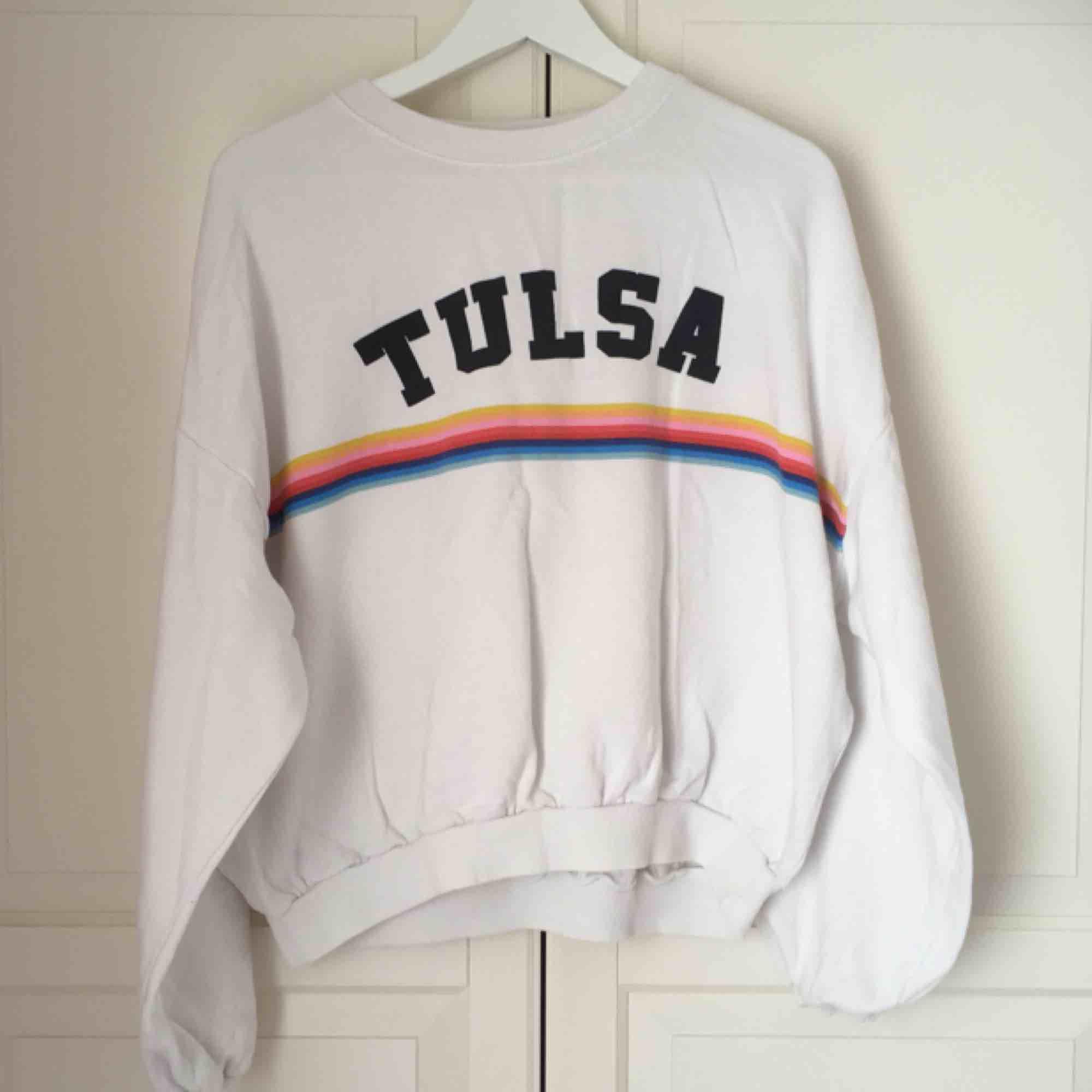 Mysig vit sweatshirt från Pull&Bear i puffig 80-talsmodell. Köpt från Plick, i fint skick 🌈. Huvtröjor & Träningströjor.
