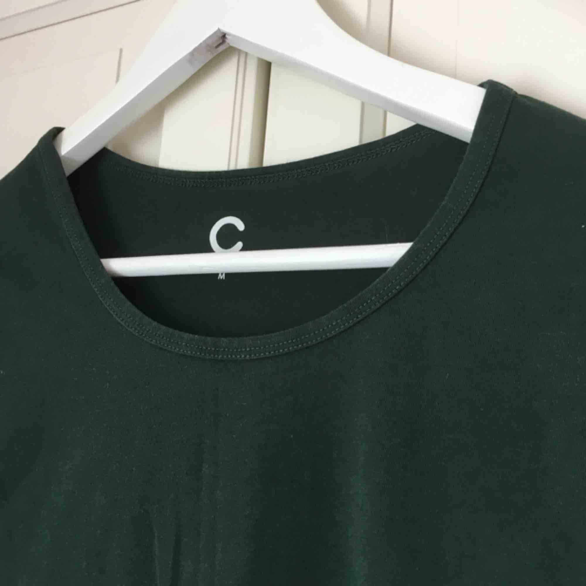 Mörkgrön t-shirt från Cubus, grönare i verkligheten! Använd nån enstaka gång. . T-shirts.