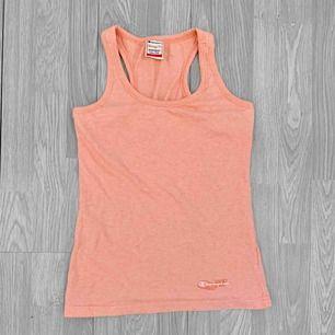 Rosa linne från Champion i fint skick förutom en liten liten fläck. Storlek L. Frakt kostar 36kr extra, postar med videobevis/bildbevis. Jag garanterar en snabb pålitlig affär!✨ ✖️Fraktar endast✖️