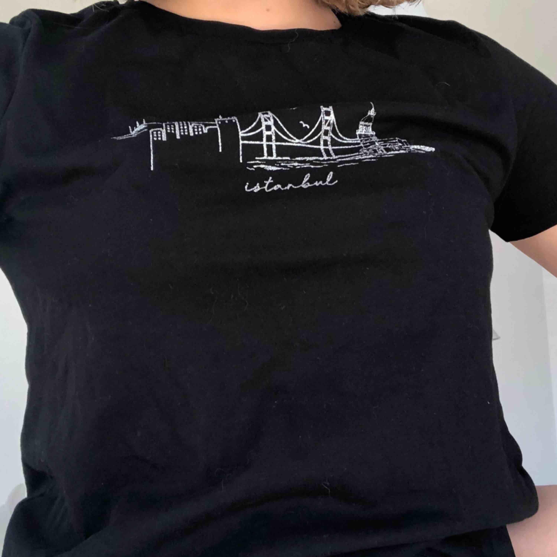 Svart t-shirt köpt i Kroatien. Använd en gång.. T-shirts.