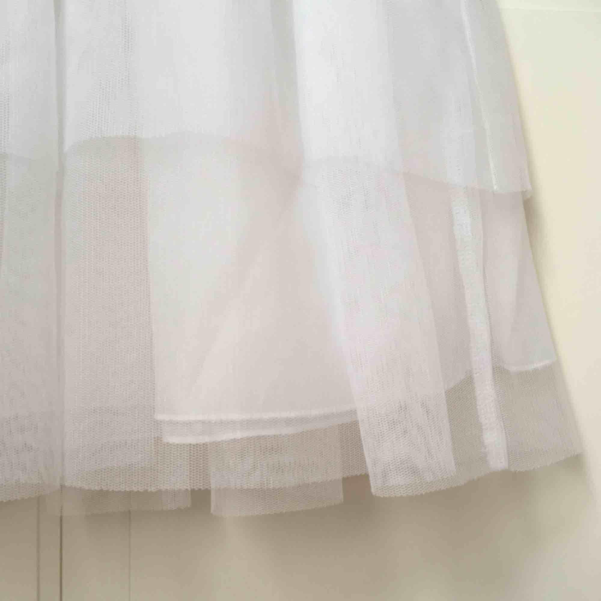 Vit tyllkjol från H&M, samma modell som den svarta. Säljer billigare pga lite sämre skick. . Kjolar.