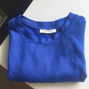Glittrig/skimrande blå t-shirt från H&M. Svårt att få en rättvis bild av färgen, men första bilden är mest lik! Hade den på en sittning med Avengers-tema💫