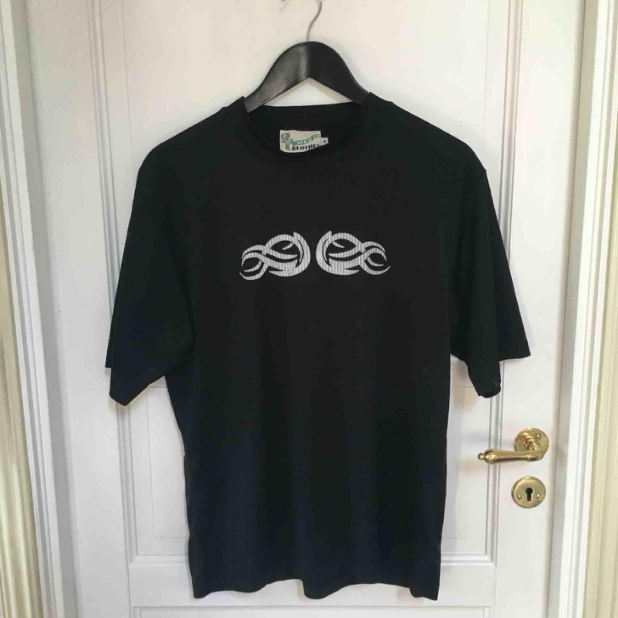 T-shirt i träningsmaterial. Använd några gånger men bra skick, dock en fläck (sista bilden). Köpt på humana. T-shirts.