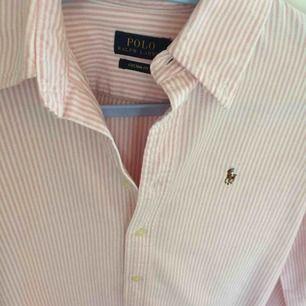 Rosarandig Polo Ralph Lauren skjorta dom inte används då jag har en blå likadan jag föredrar mer. Väldigt bra skick!