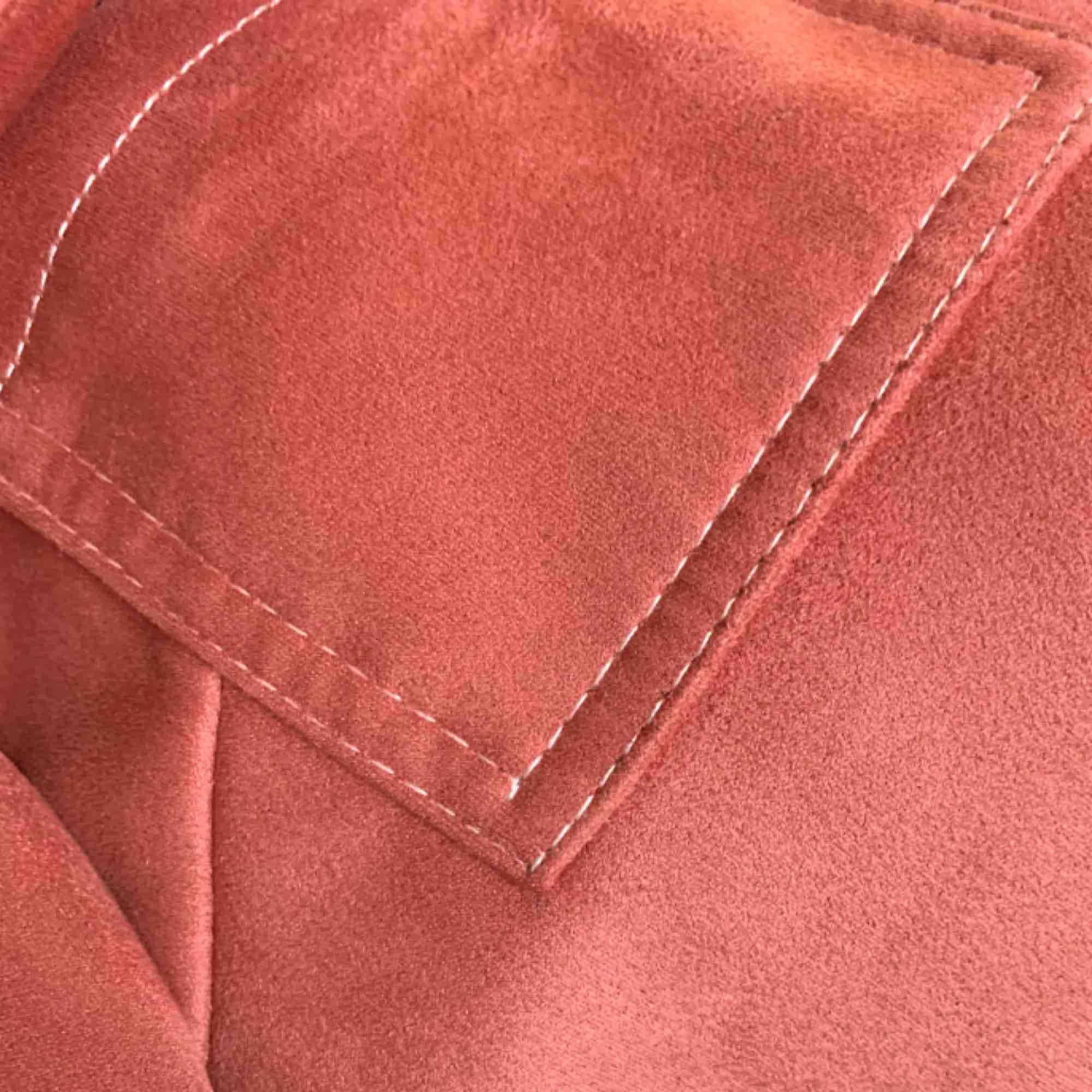 Rosa mockajacka från topshop. Använt ett fåtal gånger så jackan är i perfekt skick. Färgen gör sig inte helt rättvis på bilderna men kan skicka bättre bilder om det önskas😋 Fraktar men köparen står för fraktkostnad . Jackor.