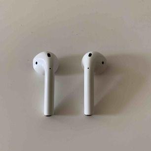 AirPods men endast hörlurarna. FULLT fungerande och i fint skick. Kan tänka mig att sälja separat men behöver då hitta någon som kan köpa en av varje innan jag säljer.  SJÄLVKLART äkta