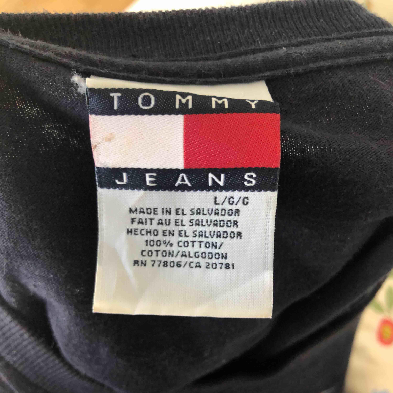 Tommy jeans tröja som är i storlek L. Brukar vika upp den så den inte blir så lång eller ha den med cykelbyxor är snyggt med. . Tröjor & Koftor.