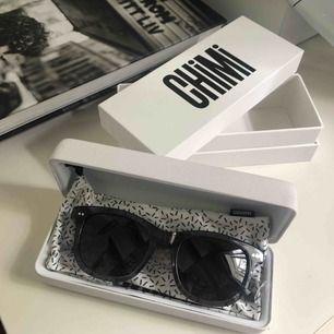 Solglasögon från Chimi i modellen 007 färg GINGER. Aldrig använda, endast provade. Allt på bilden medföljer. Egentiga pris 999kr