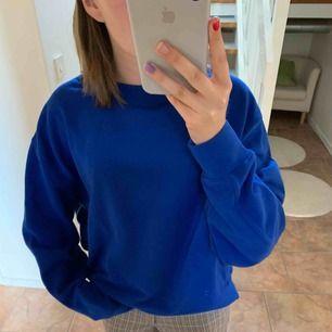 Mörkblå helt oanvänd sweatshirt från weekday med lappen kvar, storlek s  Köpt för 300kr säljer för 150kr