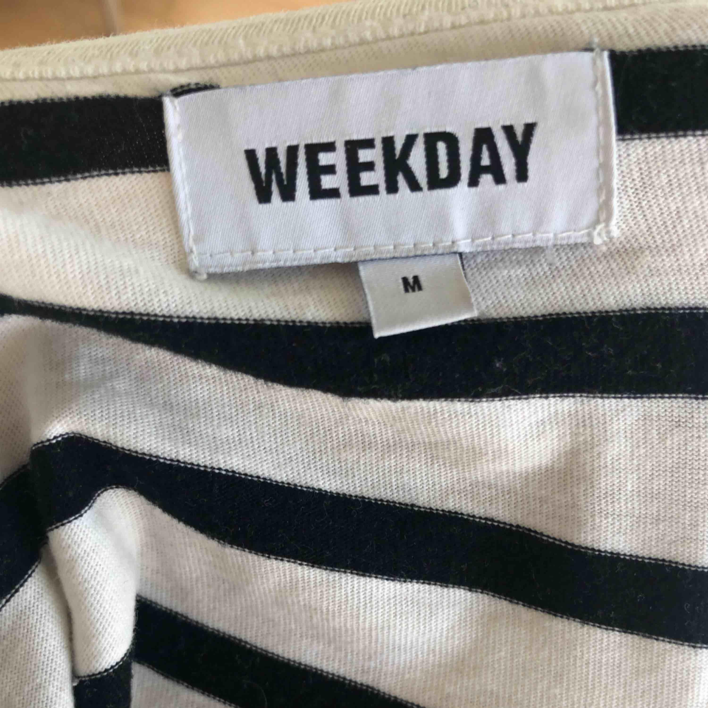 Randig tröja från Weekday i storlek M (mer S/M). . T-shirts.