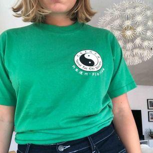 Grön tröja som är i storlek XL men är som en M/L