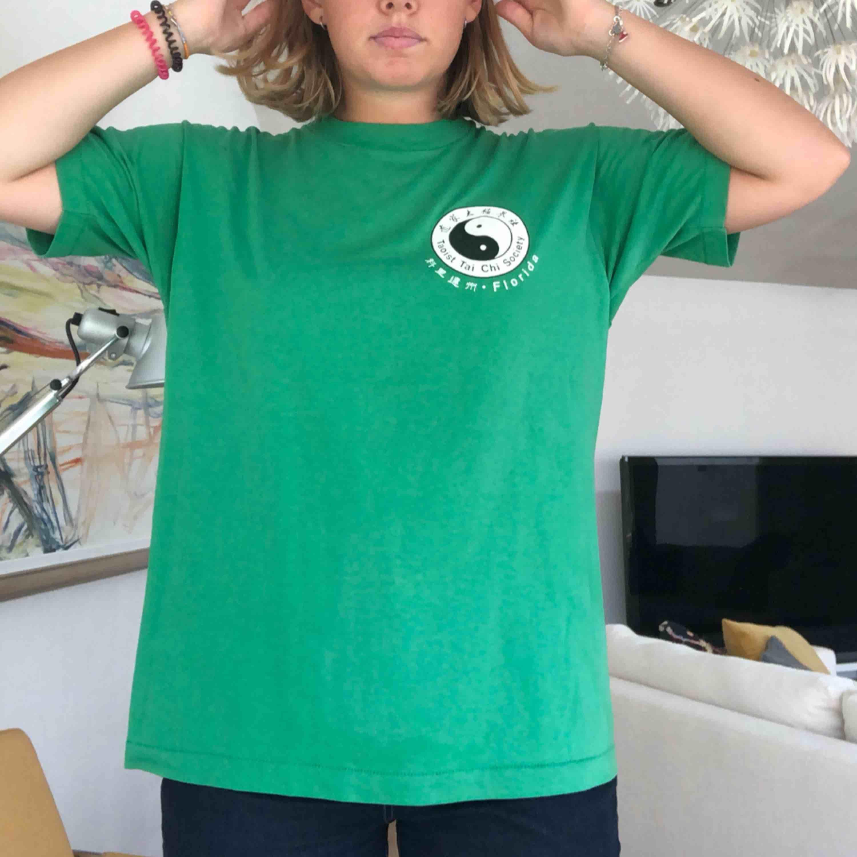 Grön tröja som är i storlek XL men är som en M/L. T-shirts.