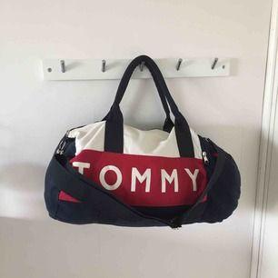 WEEKEND BAG TOMMY HILFIGER. Rymlig väska från Tommy Hilfiger. Använd men i bra skick ✨✨