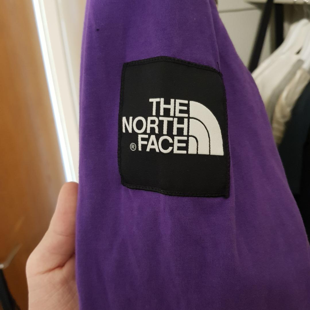 Väldigt snygg ocy extremt skön North Face longsleeve för väldigt bra pris. Finns andningshål under armen så att du inte svettas. Enkel design. . Toppar.