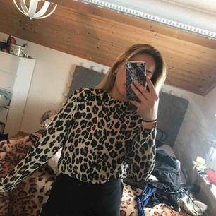 Snygg leopardmönstrad blus från Gina Tricot i storlek 34. Använt ett fåtal gånger! Köparen står för frakt.