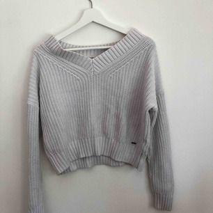 Stickad tröja från hollister, vit grå, köparen står för frakt