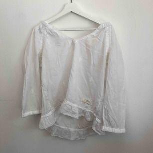 Superfin tröja/blus från oddmolly med ett jättefint mönster i ryggen, kommer tyvärr aldrig till användning, köparen står för frakt.