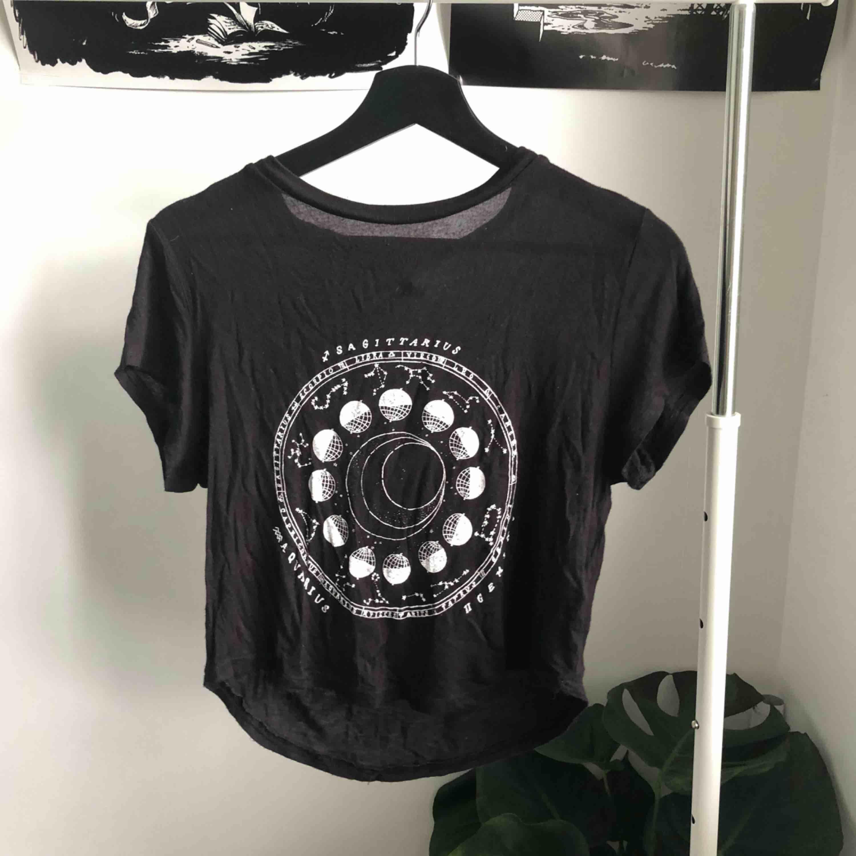 Brandy Melville-inspirerad t-shirt med astrologi tryck ifrån H&M💕. T-shirts.