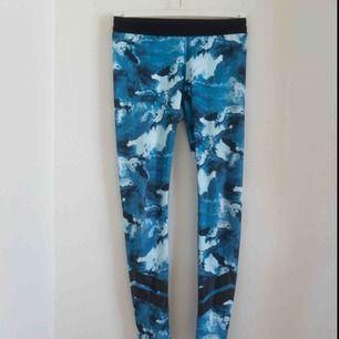 Ett par fina blåa tränings tights som är i fint skick. Frakt tillkommer på 42 kr. De passar mig som är storlek XS/S. De har inga stora slitningar. De är köpta från Stadium. Säljs pga lite användning. Hör gärna av er om ni har frågor!☺️
