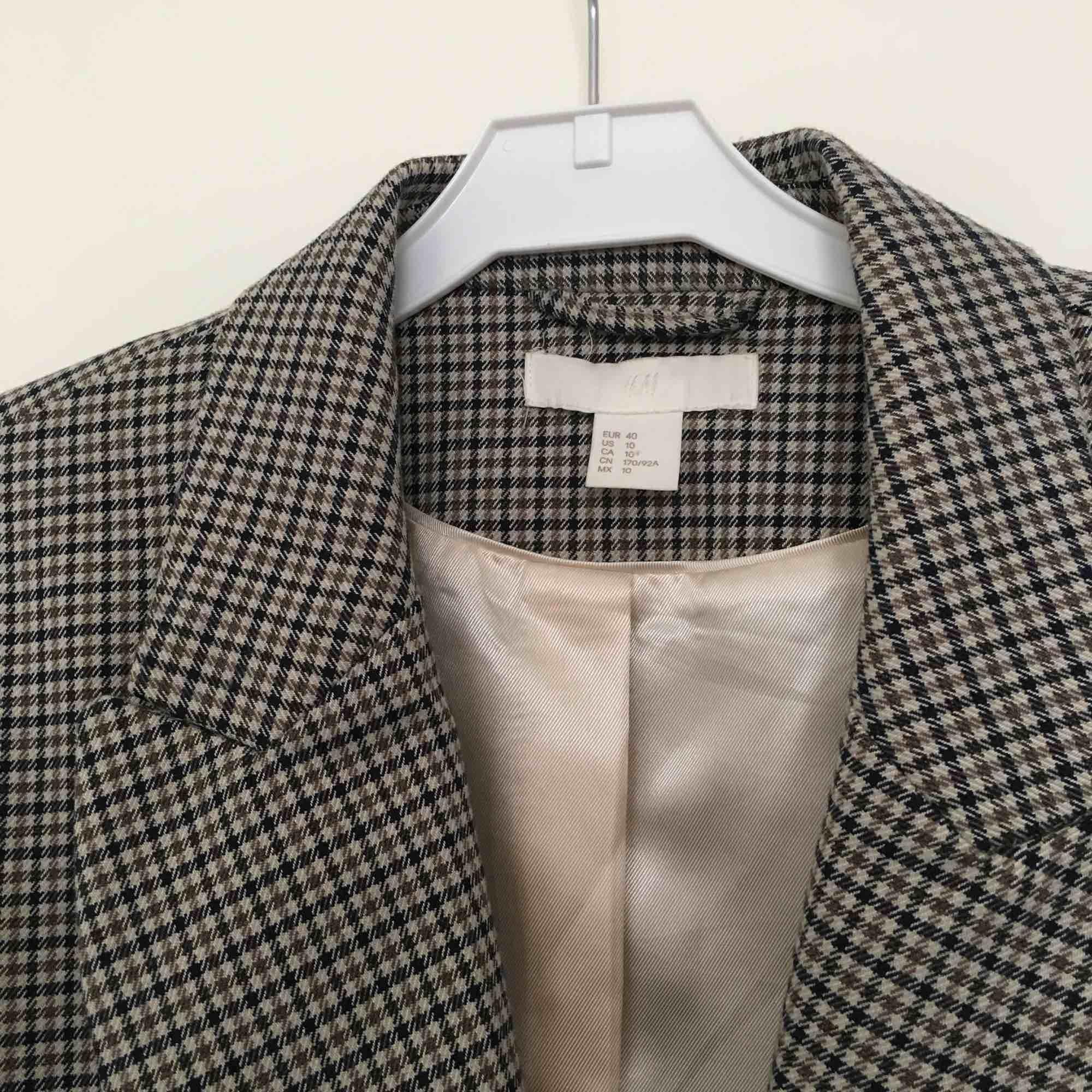 Knappt använd kavaj från H&M. Dubbelknäppning och veck som formar kroppen fint, fungerande fickor! . Kostymer.