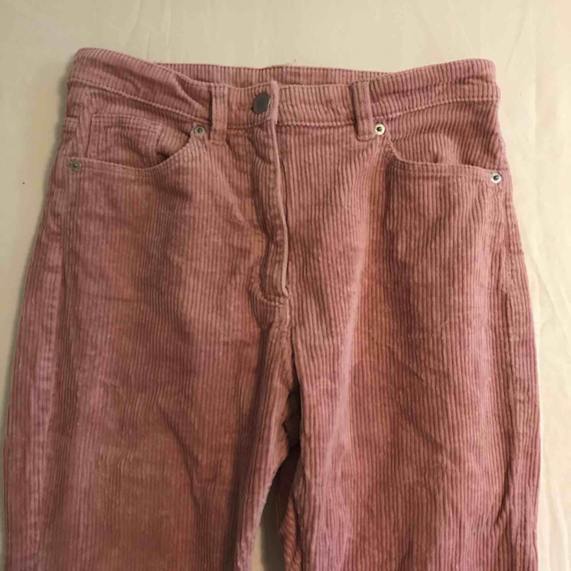 Rosa Manchester byxor från Monki , knappt använda storlek 36.. Jeans & Byxor.