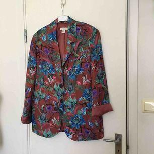 Helt ny kavaj (Endast provad) från H&M. Roströd med flerfärgat blommönster. Fungerande fickor!  Köpt som 34 men väldigt oversized