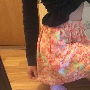 Supersöt kjol från ZARA. Aldrig blivit använd ☺️ Frakt: 42:-