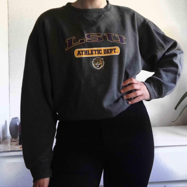 Jätteball collegetröja köpt på Beyond Retro för 350kr. Pris: 160kr + 64kr frakt💗💗. Huvtröjor & Träningströjor.