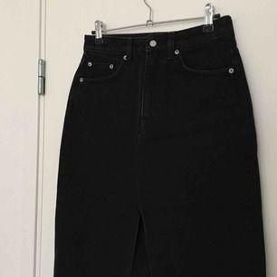 Sprillans ny jeanskjol från Weekday! Dark denim med slit fram och klassiska jeansfickor. Kjolen är vadlång