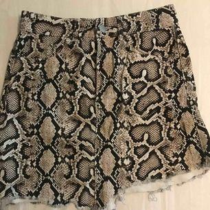 Kjol från Zara i ormskinn mönster använd 1/2 gånger