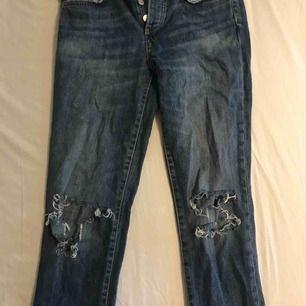 Ett par jeans från Gina Tricot som är i storlek 36