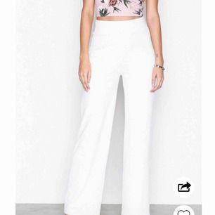 Säljer mina vita byxor! Dem är använda en gång original pris 300kr!