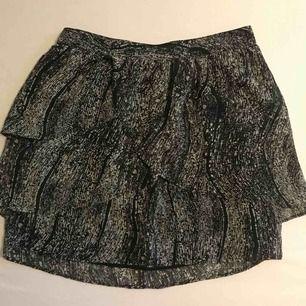 Volang kjol ifrån Silence+Noise i storlek XS använd 1 gång.