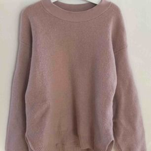 Filippa K tröja, använd ganska mycket, lite sliten men i hyfsat skick. Ordinarie pris 1000kr, frakt 30kr