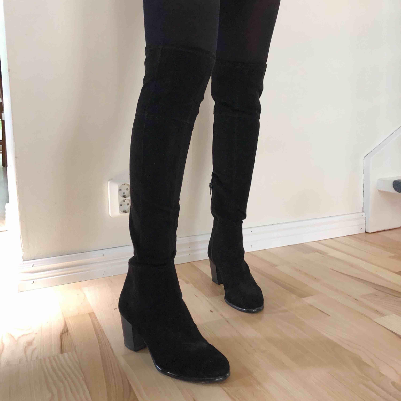 Svarta overknee boots med liten klack. Skor.