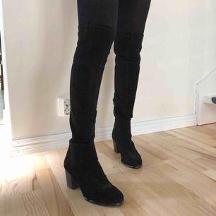 Svarta overknee boots med liten klack