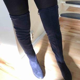 Thigh high boots i mörkblå färg