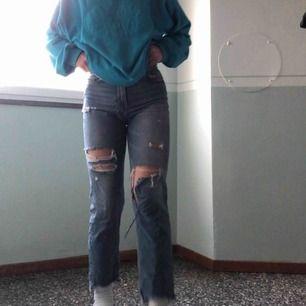 """AS SNYGGA!!!! jeans från hm med brodering vid fickan som lyder """"girls bite back"""" ❤️ stora favoriter för mig men dom har blivit för tajta och korta för min smak, är ca 163. Dom har gått sönder ännu mer vid knäna men det gör dom ännu tuffare 😎 Fraktar"""