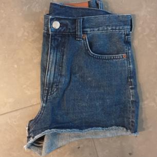 Mörkblåa jeansshorts från Monki. Storlek 28 i byxstorlek